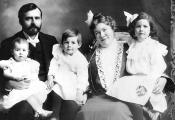Семья Хемингуэев, октябрь1903 г. Слева направо: Урсула, отец Кларенс (отец), Эрнест, Грейс (мать), Марселина