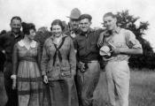 Хемингуэй с сестрой Марсалиной и друзьями, 1920 г.
