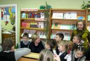 Юлия Долганова объясняет, как происходит запись в библиотеку