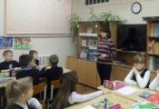 Библиотекарь Лилия Каминская проводит урок «Бумажные чудеса»