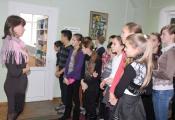 Экскурсию по библиотеке проводит сотрудник отдела детской литературы Л. В. Каминская