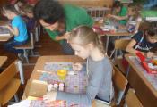 Ж. Евневич обучает искусству росписи сувениров из солёного теста