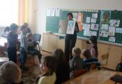 С. В. Ершова показывает альбом Незнайки